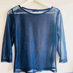 Transparent tröja i blått! Liten reva på framsidan därav priset (se bild 3). Köparen står för frakt!