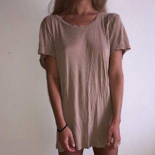 Mjuk, skön, beige t-shirt från Weekday.