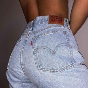 Ljusblå jeans från Levi's.