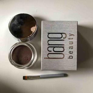 Säljer denna pomaden från BANG BEAUTY i ljus brun färg  Aldrig använd bara testad