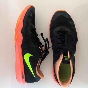 Träningsskor ifrån Nike i sparsamt skick!! Storlek 37,5