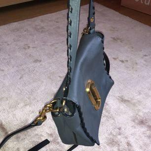 Marc By Marc Jacobs väska som kan användas både crossbody och handhållen då den har dubbla handtag. Använd men fortfarande i fint skick. Fler bilder kan såklart fås.