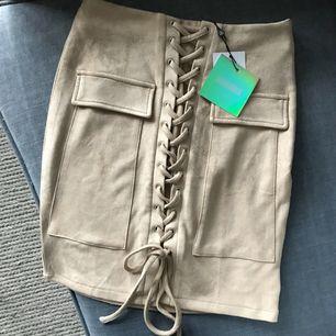 Superfin oanvänd (!) kjol i mockaimitation 👏🏼 Jag tycker den är väldigt stretchig och man kan ju anpassa snörningen så skulle säga att den även passar en 36:a! 🤗   Frakt tillkommer 💸