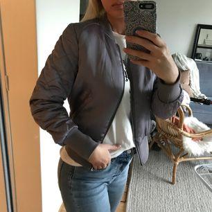 Oanvänd tunnare jacka/kofta från HM! Storlek 40 men jag är vanligtvis en 36:a och ni ser ju hur den sitter på mig 🤗  Frakt tillkommer 💸