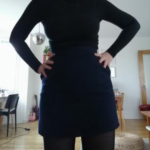 Jättefin matinblå          kjol från beyond retro! 100% ull och med fickor. Tajt och ganska kort. Så fin och snygg på hösten!  Frakt kostar 39kr, kan mötas upp i Stockholm :)