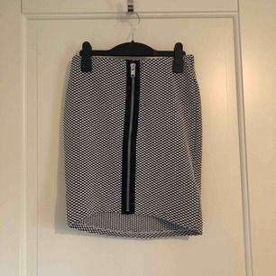 Mönstrad tight kjol ifrån Gina Tricot. Den är i väldigt stretchigt tyg. Använd en gång. Köparen står för frakten.