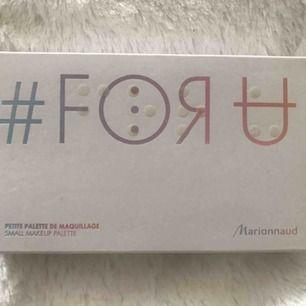 Helt ny smink palette i plomberad förpackning. Köpt i Paris från Marionnaud.  Innehåller: 32 ögonskuggor, 7 läppfärger, 5 rouge, 1 spegel, 3 borstar. Frakt ingår i priset.