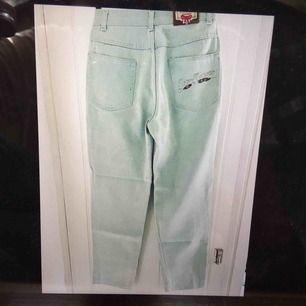 Snygga mum-jeans från wampum! Köpta på en loppis, nyskick! Sitter jättenyggt! Midjan är ganska liten, men de är ganska stora i låren, så skulle säga att de är en XS/S i midjan och M vid höfterna/låren.