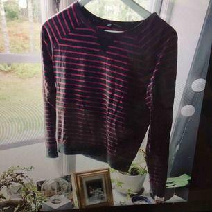 Randig favvotröja! Jättemjuk tröja som har vart min favvo, men har tyvärr blivit för kort i armen. Fint skick. Passar även mindre storlek.