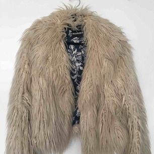 Créme vit pälsjacka från Rock and blue, nypris 1399:-. Säljer billigt pga att den är väl använd, men går att tvätta ren. Skickas för 50 kr extra. 🌸🌸🌸 (inte äkta päls)