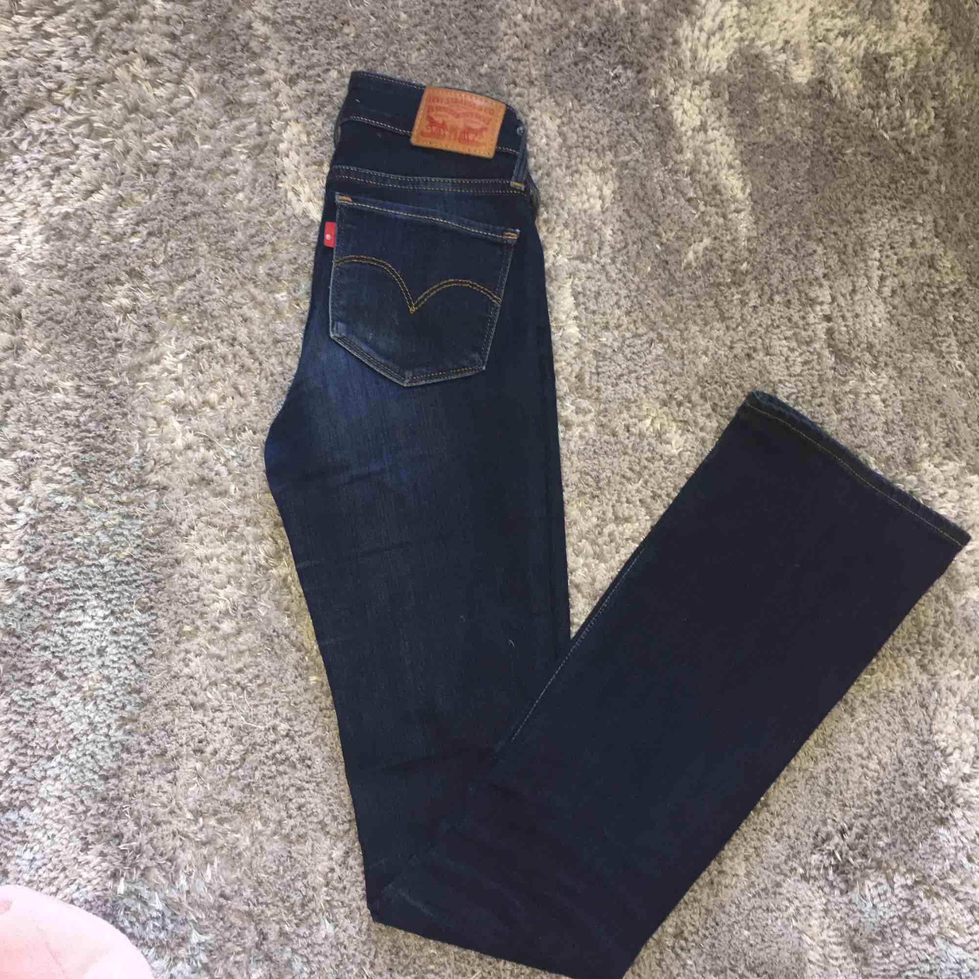 Mörk blå bootcut från Levis, storleken W24  L34. Använd ett fåtal gånger  249kr+frakt Obs! Det är inte fläckar på byxorna det är ljuset . Jeans & Byxor.