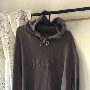 En oversized Ellesse hoodie som passar in fint i ens höstgarderob 🍂 Aldrig använd dvs den är i ett nytt skick! Nypris: 600kr