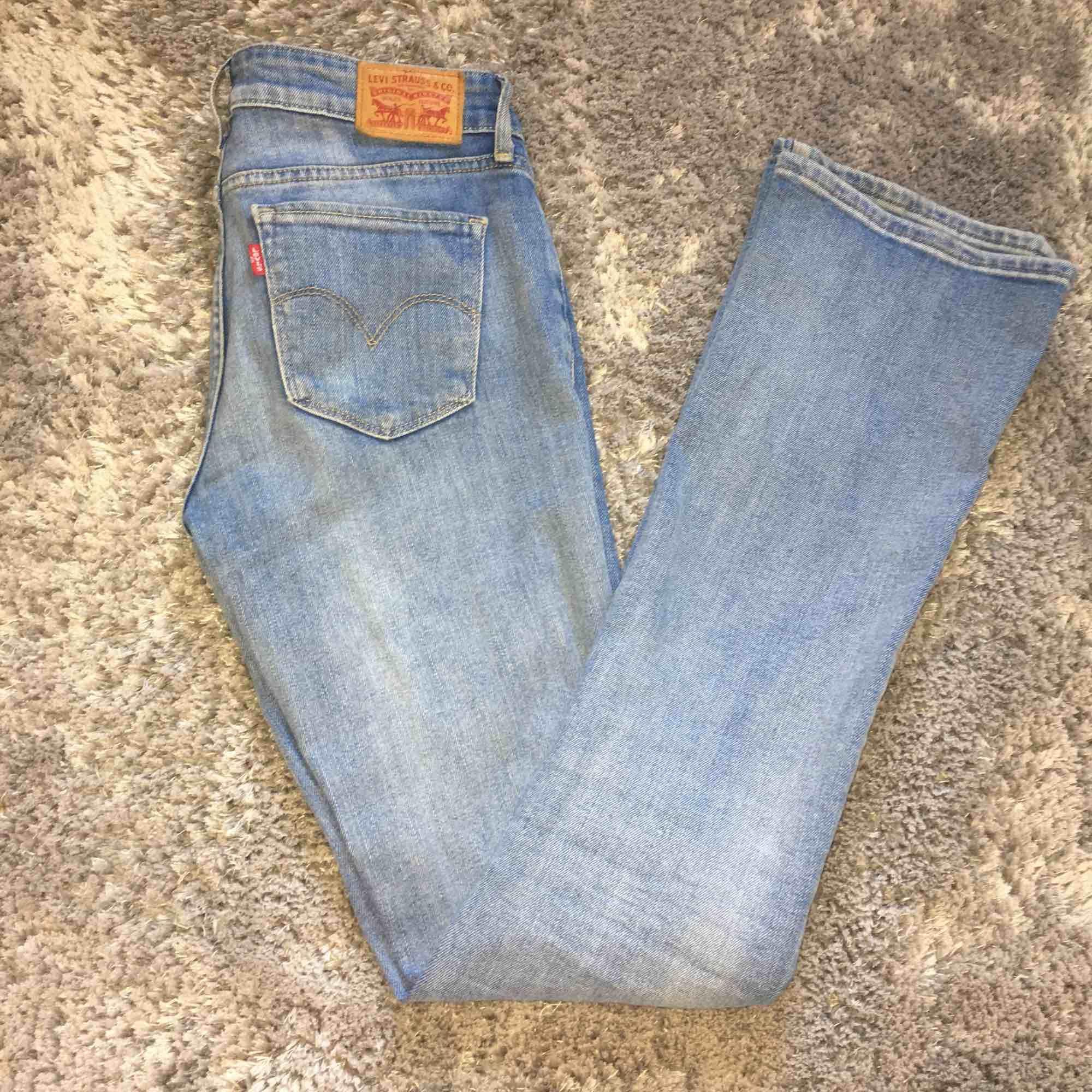 Ljusblå bootcut från Levis. Använd ett fåtal gånger men bra skick. Storlek W25/L34 249+frakt Obs! Det är inte fläckar på byxorna det är ljuset . Jeans & Byxor.