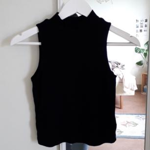 Svart linne från H&M. kort turtle-neck. aldrig använd, så är i väldigt bra skick. möts upp i sthlm, södertälje, norrköping. köparen står för frakt🌻