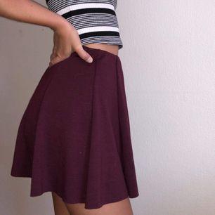 """Vinröd kjol med resorband i midjan. """"One size"""" men motsvarar typ Small. Modellen är ca 165cm lång."""