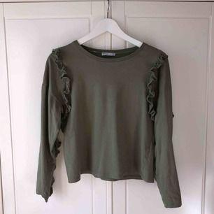 Jättefin tröja med volanger från zara. Bra skick! Kan mötas i Stockholm, annars står köparen för frakt.
