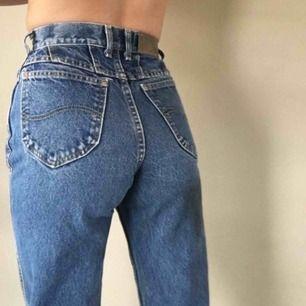 Superfina Lee-jeans som tyvärr är alldeles för stora för mig :( (första bilden är ej min men är exakt den modellen jag säljer). Köpt på beyond retro online. Ungefärliga mått är: Midja: 79cm Innermått ben: 75 cm Yttermått ben: 103cm