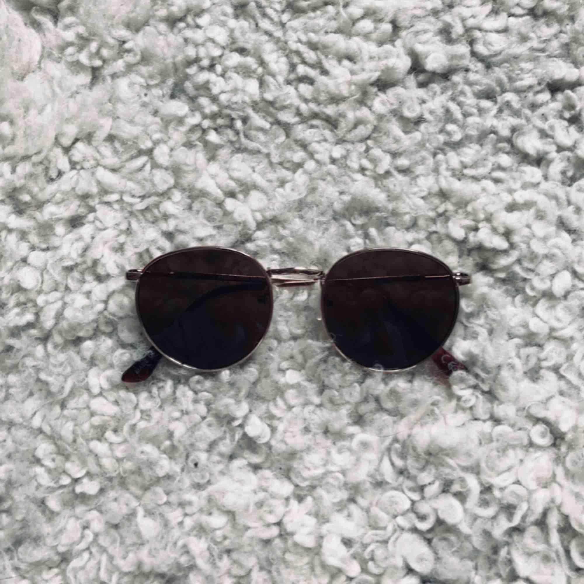 Solglasögon från Gina Tricot i nyskick. Aldrig använda. Säljer pga att de inte passar mig. Frakt betalas av köpare, jag tar swish🌈  (Kolla även in mina annonser för ev samfrakt). Accessoarer.