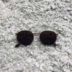 Solglasögon från Gina Tricot i nyskick. Aldrig använda. Säljer pga att de inte passar mig. Frakt betalas av köpare, jag tar swish🌈  (Kolla även in mina annonser för ev samfrakt)
