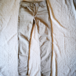 Randig jeans från Flash jeans. Skinny fit. Perfekt med en oversize tröja och sneakers 👌🏾  78% bomull 20% polyester 2% elastan