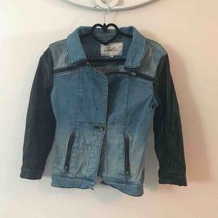 Jeans jacks med svarta ärmar Köpare står för frakt, eller upphämtning i Sthlm :) Nypris: ca150kr