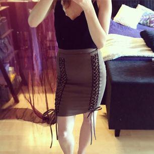 Säljer denna superfina fest-kjolen med snörning, gröngrå färg. 💕 Snygga guldiga detaljer och rosetter längst ner. Kjolen är endast använd 3 gånger men är trots det lite noppig främst på baksidan och därav det billiga priset, syns endast på nära håll. 🎀