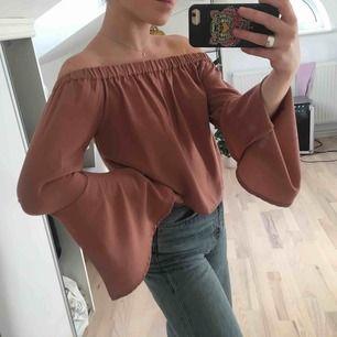 Off shoulder blus från NAKD. Beige/rosa färg