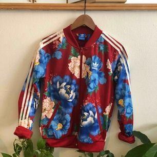 UNDERBAR blommig Adidas jacka, känns lite jobbigt att sälja denna pärla men den bara hänger i garderoben så den förtjänar ett bättre hem! Superskön, helt felfri knappt använd. Herrmodell men skulle säga unisex, jag är ju tjej och har rockat den :)