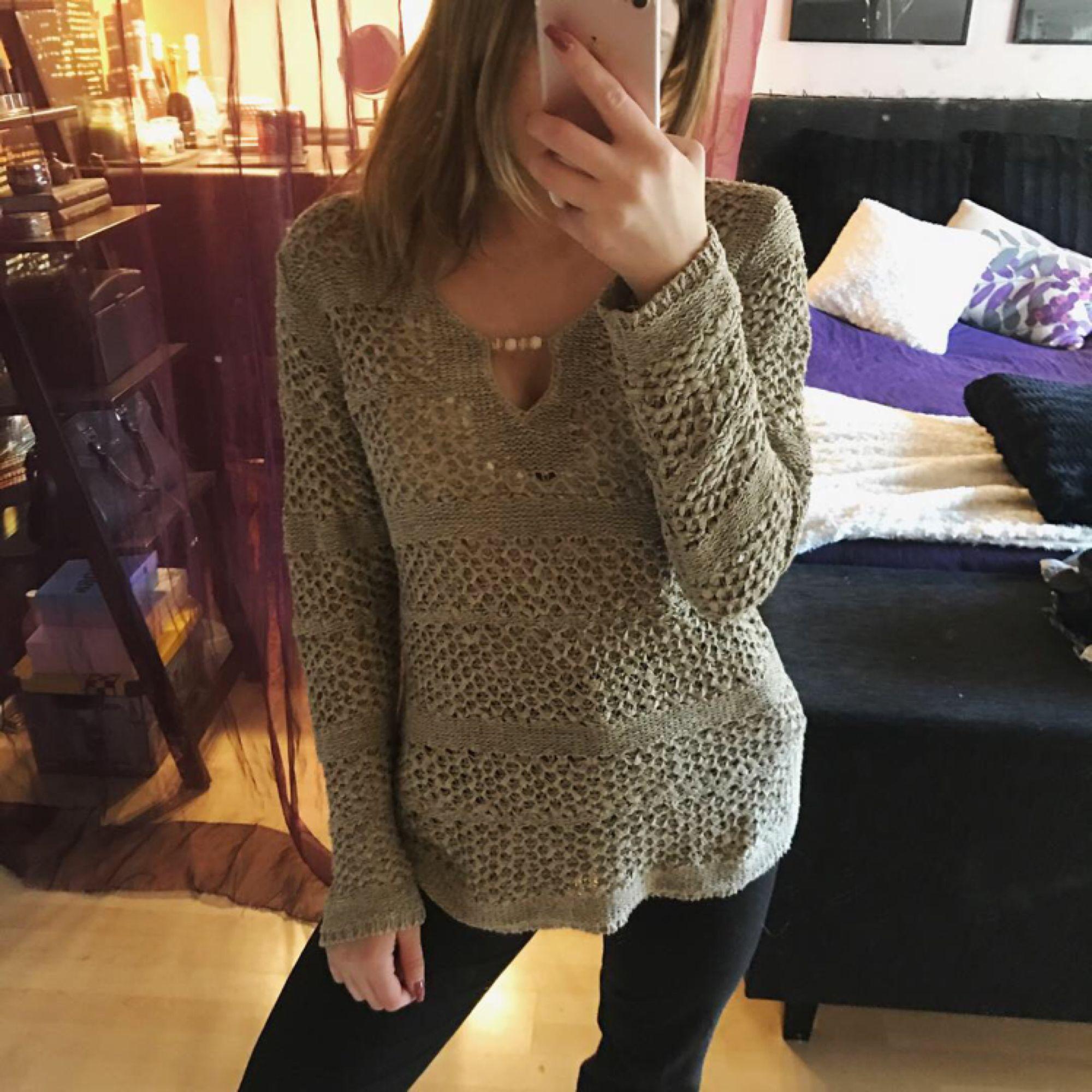 Säljer denna så fina ljusbruna stickade tröjan ifrån Isolde. Perfekt nu till hösten. 💕 Stoleken är M men passar även XS/S om man vill ha den lite oversize som på bilden! Aldrig använd. . Tröjor & Koftor.