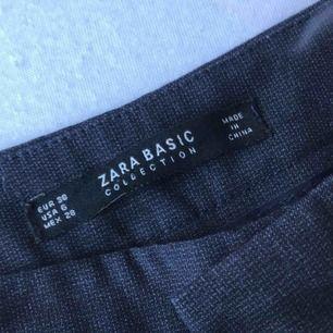 Fina kostymbyxor från Zara, sparsamt använda. Säljs då det är för stora.  (Frakt tillkommer 20kr)