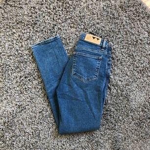 Raka jeans från junkyard. Lite små för mig så kommer inte till användning.