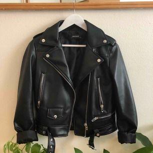 Helt oanvänd svart bikerjacka i skinnimitation från Zara i våras. Perfekt nu på hösten med en kofta under.