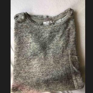 Snygg oversized tröja från Zara. Använd 3 gånger men säljs pågrund av att den ser ut som ett tält på mig.  Frakt tillkommer 20kr
