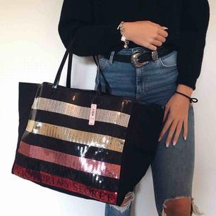 En helt ny stor och rymlig väska från Victoria's Secret, passar utmärkt som strandväska eller till träning! Köpt för ca 650 kr
