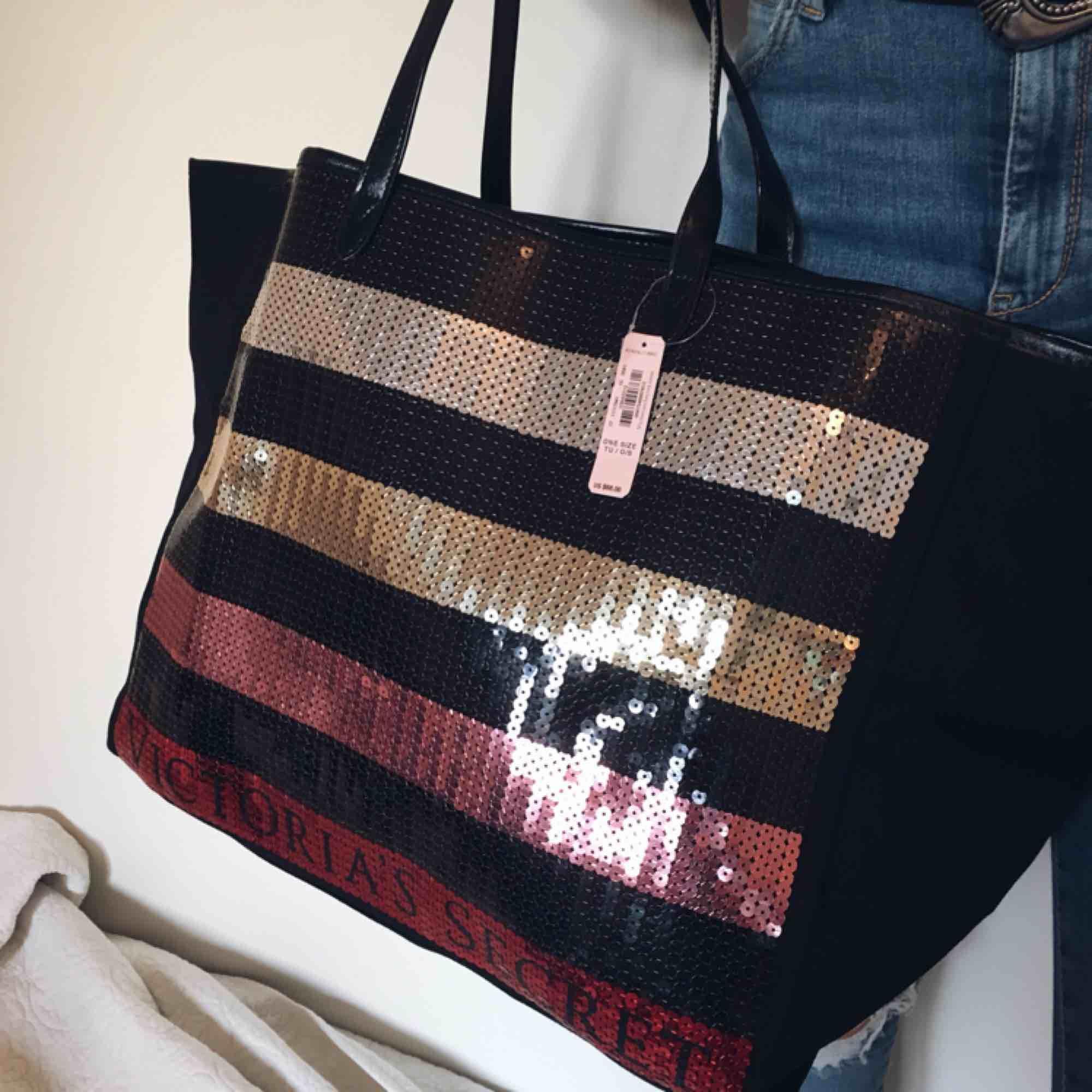 En helt ny stor och rymlig väska från Victoria's Secret, passar utmärkt som strandväska eller till träning! Köpt för ca 650 kr. Väskor.