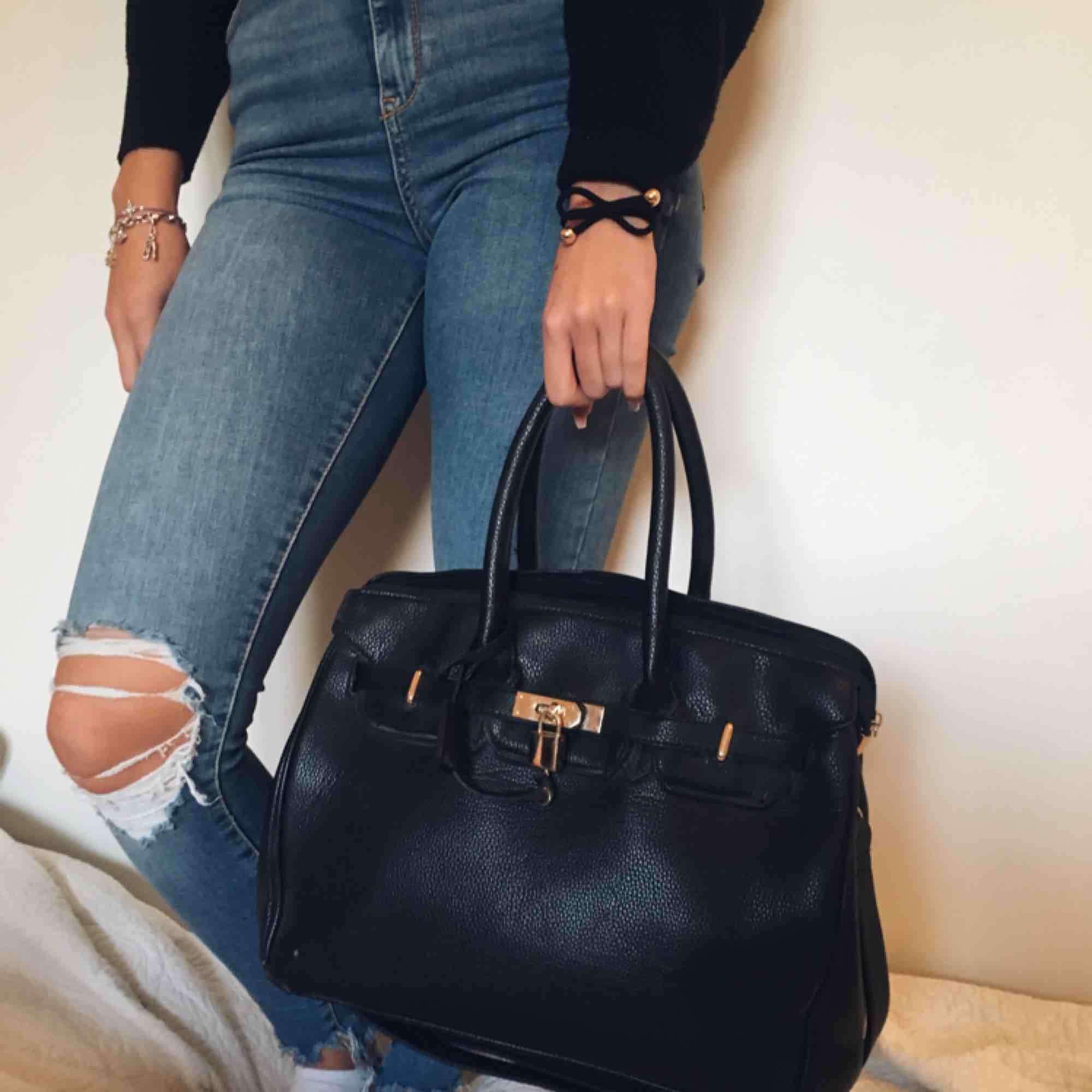 Snygg väska i skinn imitation, mycket användbara fack innuti!. Väskor.