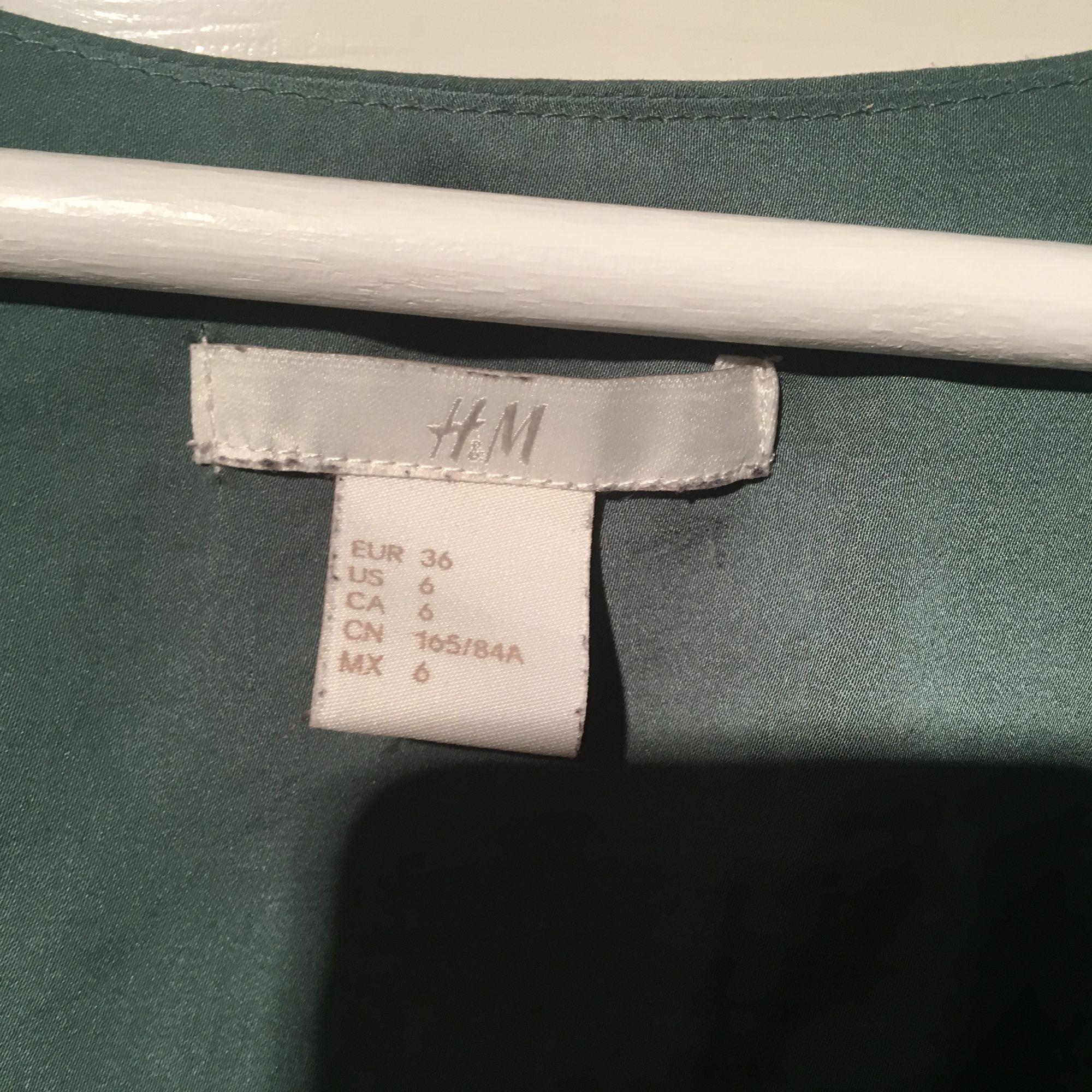 T-shirt från h&m i storlek 36, fint när man stoppar in nedre delen innanför byxorna/kjolen. Köparen står för frakten, lägg egna bud. Kan även mötas upp i Enköping/Västerås . Blusar.