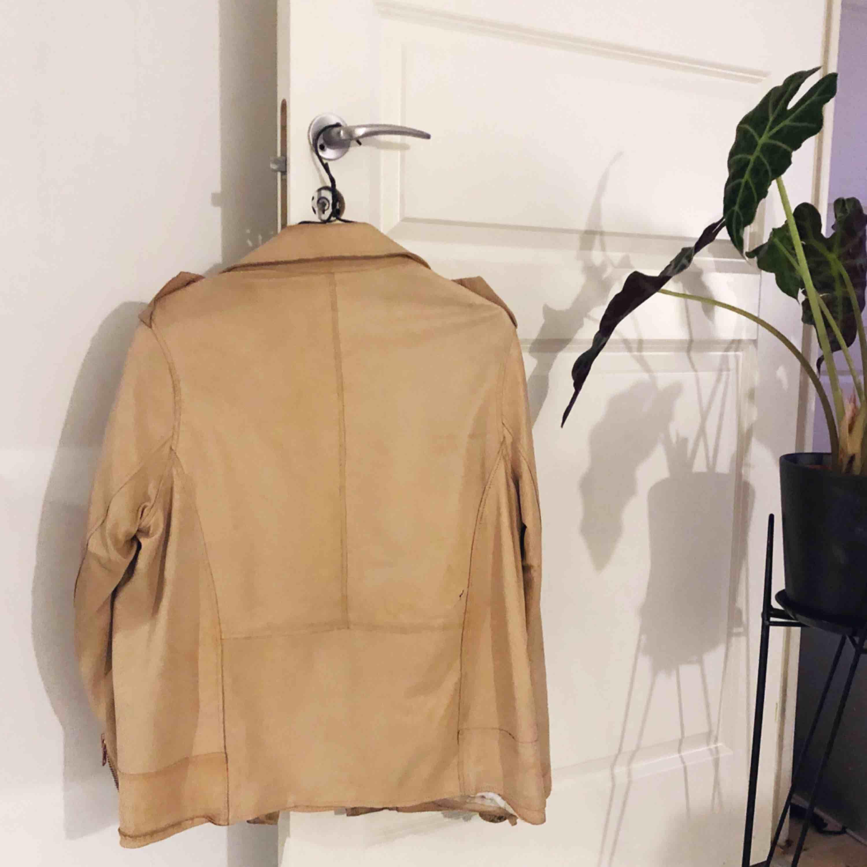 Skinnjacka från Acne studios. Lagning finns på vänster sida (se bild) . Jackor.