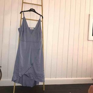 """ljusblå """"siden"""" klänning från LinnAhlborg x NAKD (oanvänd)"""