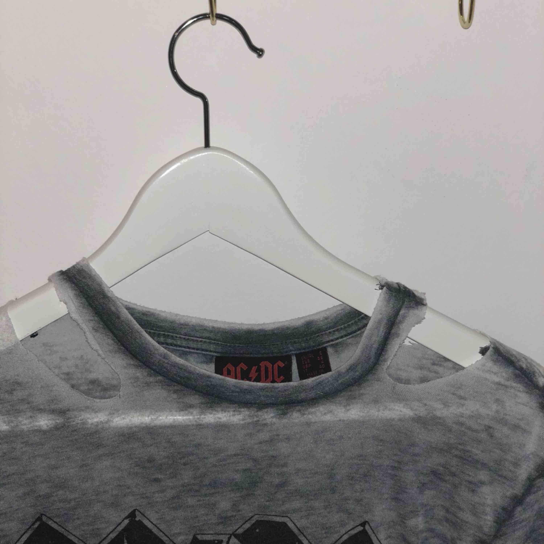 Grå ACDC tröja från primark, inte använd så många gånger. Köpt på primark, och har hål i krage och där nere (köpte den så). Jag betalar ej frakt, frakt kostar ish 50kr. T-shirts.