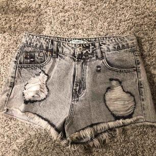 Shorts med slitningar, höga i midjan men väldigt korta. Ganska små i storleken, aldrig använda.   Möts upp i centrala Stockholm