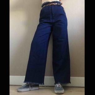 SKITSNYGGA jeans från forever 21, de är tyvärr lite stora på mig :(((  fransiga detaljer i midjan och runt slutet på byxbenen. De är aldrig använda, du kan se lappen i bilderna