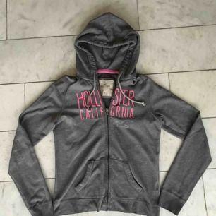 Hollister hoodie i storlek M men själv en xs/s och funkar bra ändå.   Frakt tillkommer