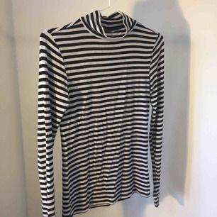 Turtleneck tröja i svart och vit/grå från GinaTricot. Möts upp i Nässjö eller betala extra för frakt!
