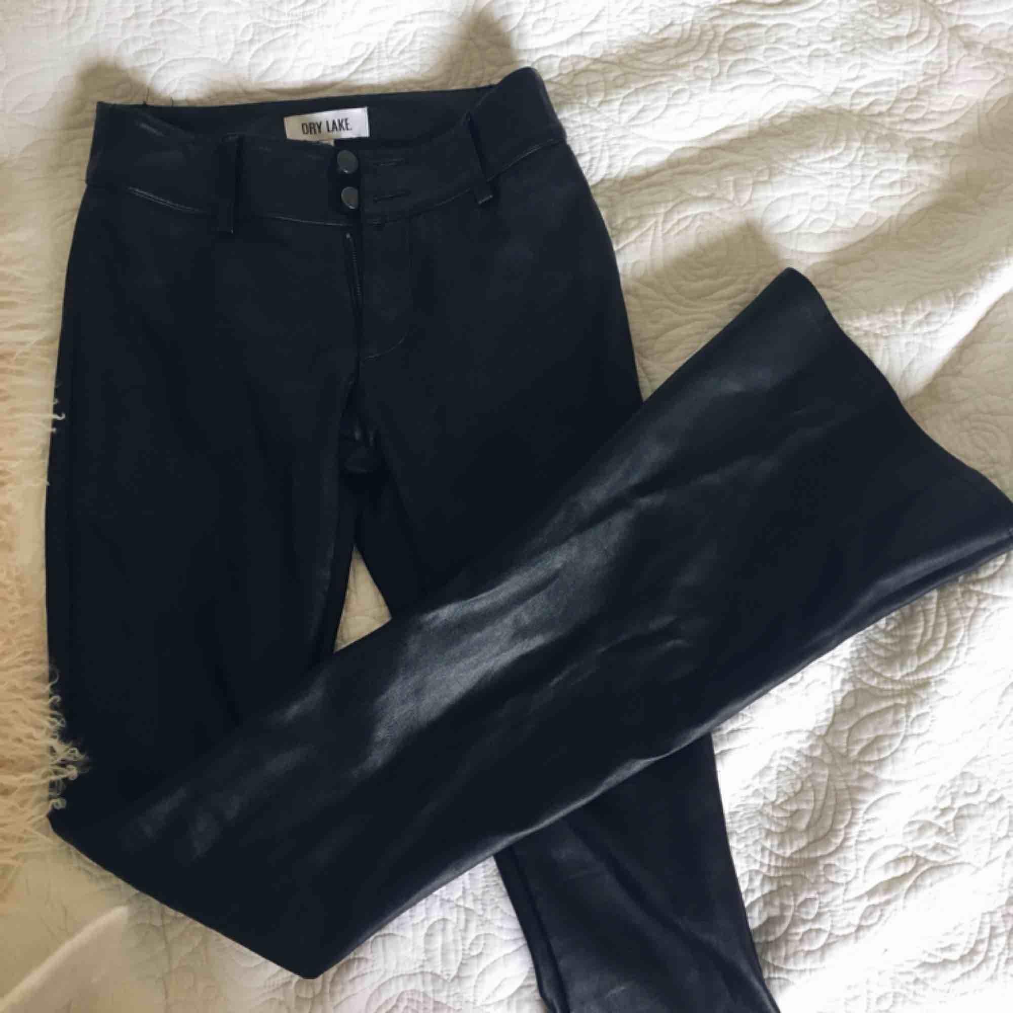 """Skitsnygga skinnbyxom i bootcut modell, köptes för 799 men säljs för endast 149 då det har blivit ett hål vid """"skärpöglan"""" det är bara att säga till för fler bilder :). Jeans & Byxor."""