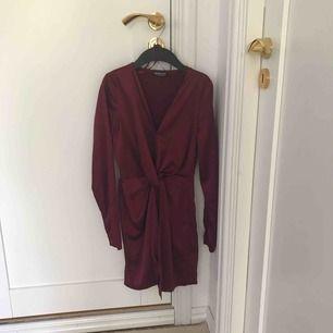 Fashion Nova klänning, + 35kr frakt, köptes för 450kr
