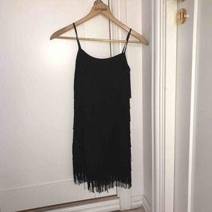 """Svart klänningar med """"rufsar"""", passar endast 34/xs sitter väldigt tajt vid brösten + 35kr frakt"""