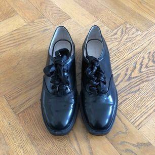 Fina skor från Zara med sidenband som snörning. Använda ca 2 ggr därav märkena som syns på tredje bilden, förutom det är de nästintill nyskick  Betalning med Swish  Köparen står för fraktkostnad