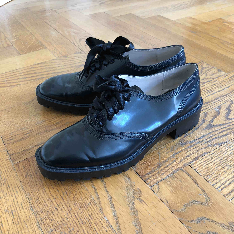 Fina skor från Zara med sidenband som snörning. Använda ca 2 ggr därav märkena som syns på tredje bilden, förutom det är de nästintill nyskick  Betalning med Swish  Köparen står för fraktkostnad. Skor.