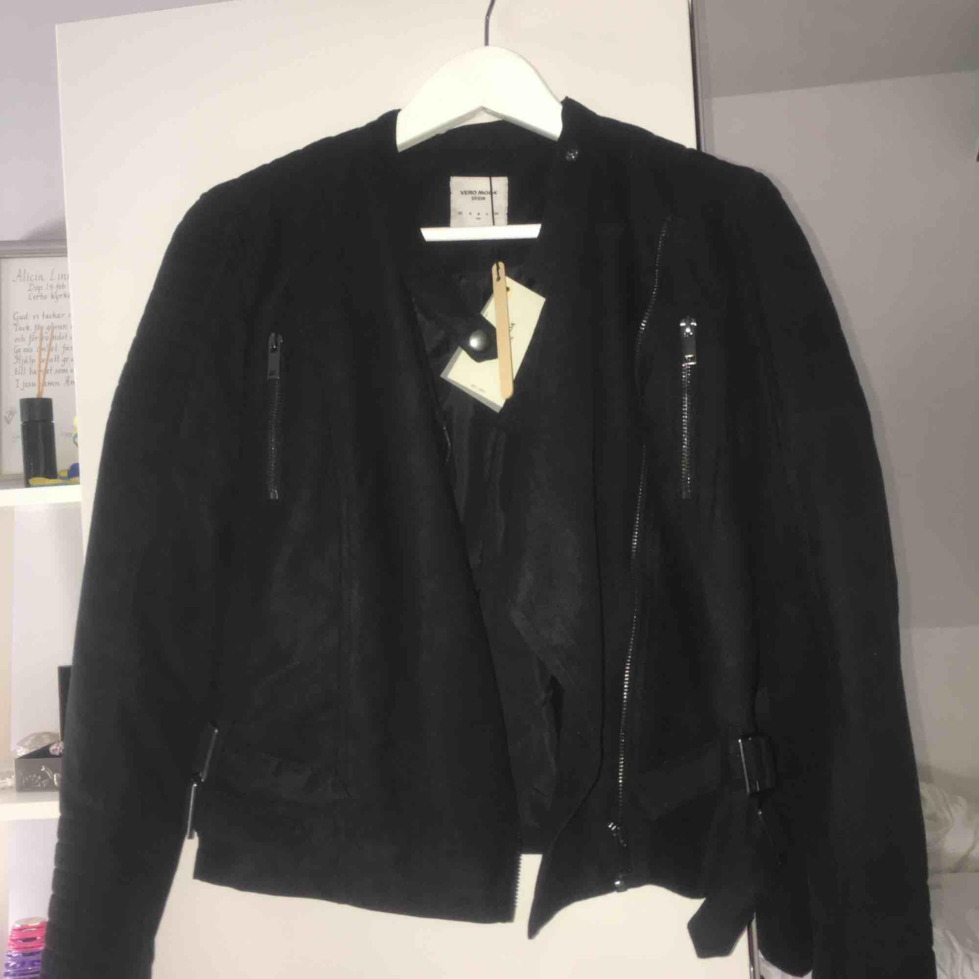 En helt oanvänd mocka jacka från Vera Moda, med mass fina detaljer. Storleken är M men skulle mer säga att det är en S än M 199+frakt. Jackor.